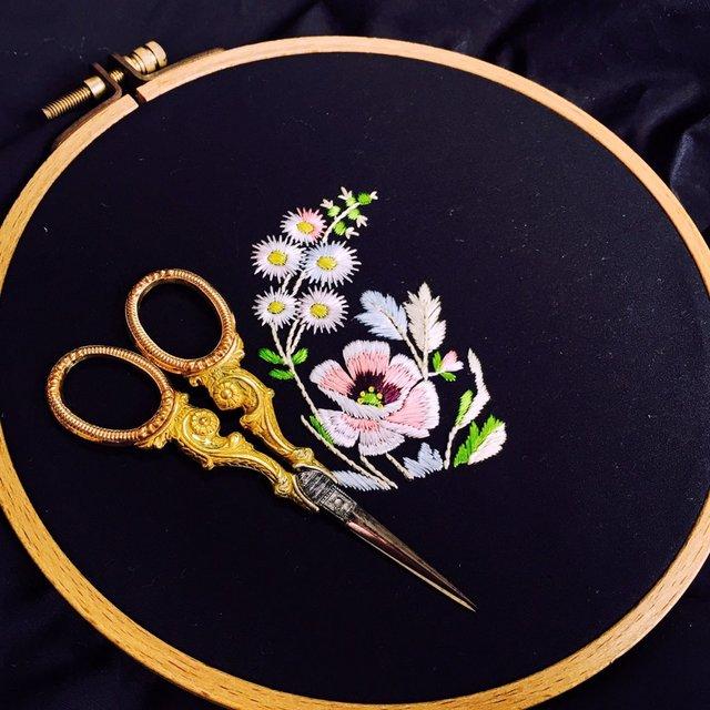 """金の針と赤い糸 on Twitter: """"Embroidery created for a study.Design from 18th century.オリジナルサイズはわからないのだけど、糸の太さからこのくらいかな⁉︎#embroidery #broderie https://t.co/fin02L9iSG"""" (11194)"""