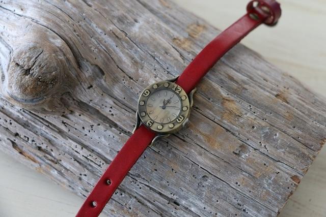 ヴィンテージスタイル レザーウォッチ 牛革 ステンレススチール 腕時計 レッド by viola37 アクセサリー その他 | ハンドメイドマーケット minne(ミンネ) (11311)