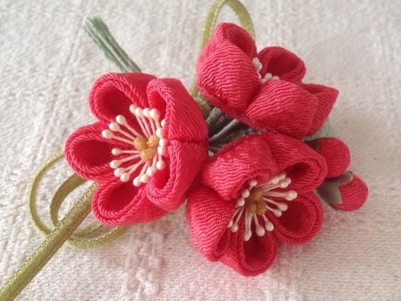 〈つまみ細工〉梅三輪とベルベットリボンの髪飾り(赤桃)|帯留・かんざし・和小物|ハンドメイド通販・販売のCreema (12749)